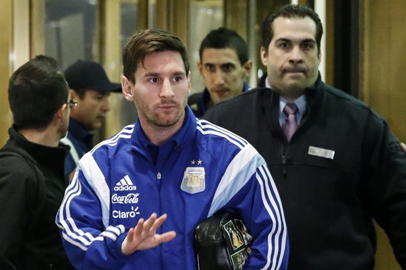 El delantero argentino Lionel Messi llega al hotel donde la selección Argentina se hospedará antes del partido amistoso frente a Ecuador. EFE