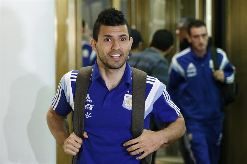El argentino Sergio Agüero llega al hotel donde la selección Argentina se hospedará antes del partido amistoso frente a Ecuador. EFE
