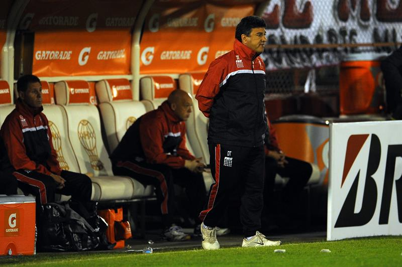 Néstor Apuzzo, director técnico de Huracán de Argentina, observa las acciones ante Universitario de Bolivia. EFE