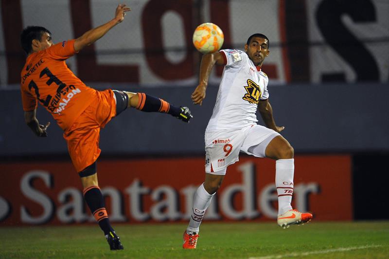 Ramón Abila (d) de Huracán de Argentina ante Nicolás Fillippetto (i) de Universitario de Bolivia. EFE