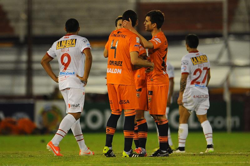 Jugadores de Universitario de Bolivia festejan un gol ante Huracán. EFE