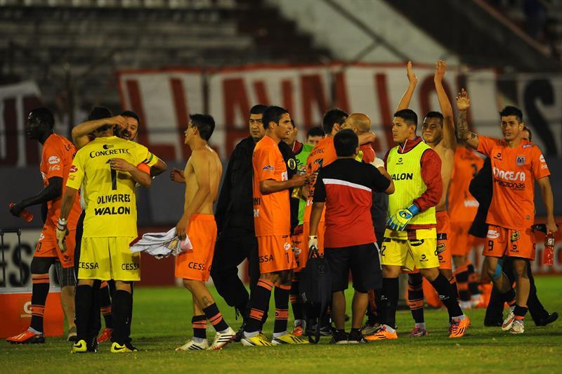Jugadores de Universitario de Bolivia festejan ante Huracán. EFE