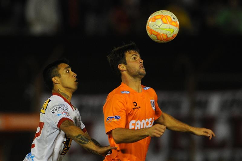 Edson Puchi (i) de Huracán de Argentina ante Federico Silvestre (d) de Universitario de Bolivia. EFE