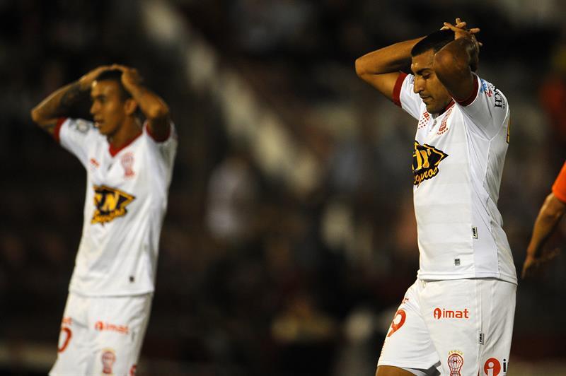 Jugadores de Huracán de Argentina se lamentan tras una jugada ante Universitario de Bolivia. EFE