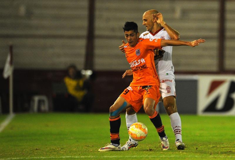 Federico Mancinelli (d) de Huracán de Argentina ante Miguel Suárez (i) de Universitario de Bolivia. EFE