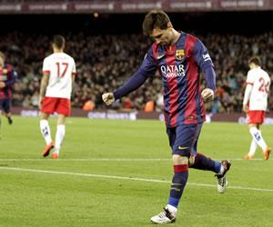 Messi olvida sus molestias en el pie con goles