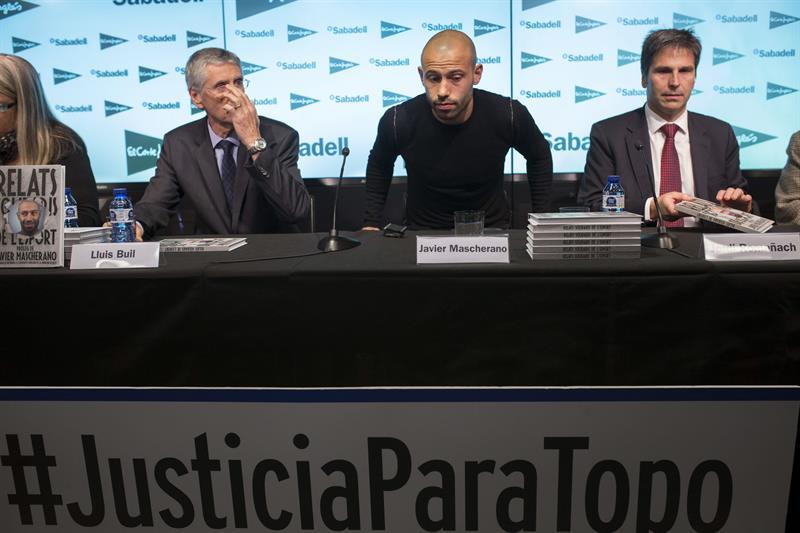 """El argentino del Barcelona Javier Mascherano durante el acto de esta mañana en el que se ha anunciado que el defensa apadrinará la undécima edición de los """"Relatos Solidarios del Deporte"""". Foto: EFE"""