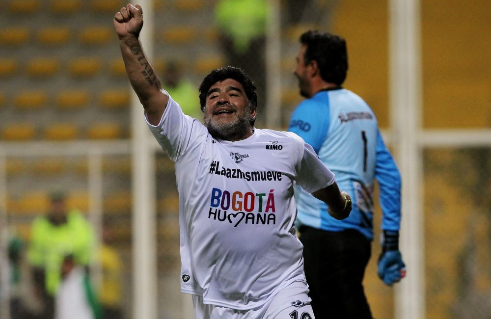 Diego Maradona hizo un gol de penalti en Bogotá. Foto: EFE