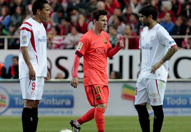 El argentino del FC Barcelona Leo Messi (c) pasa ante los jugadores del Sevilla, Carlos Arturo Bacca (i) y Éver Banega (d), tras marcar gol ante en Sevilla. Foto: EFE