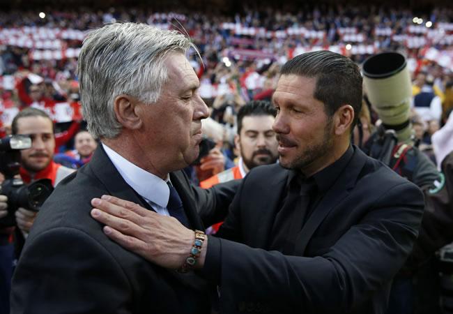 El técnico del Atlético de Madrid, Diego Simeone (d), saluda al entrenador italiano del Real Madrid, Carlo Ancelotti. Foto: EFE