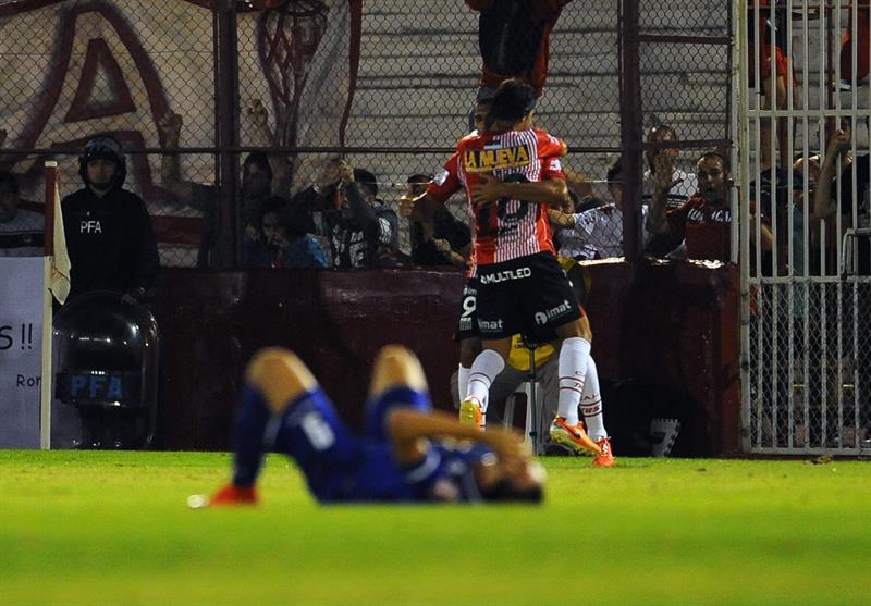 Los jugadores de Huracán de Argentina celebran un gol de ante Cruzeiro de Brasil. EFE