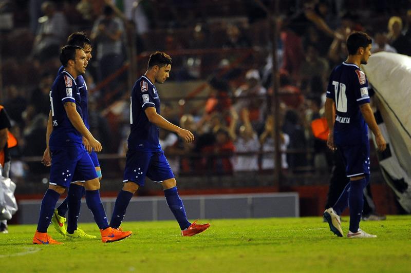 Jugadores de Cruzeiro de Brasil salen del campo después de perder ante Huracán de Argentina. EFE