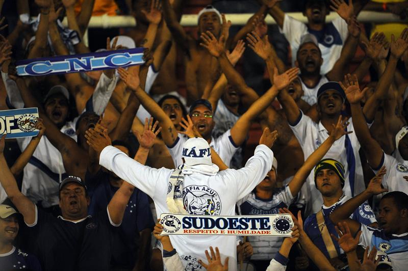 Hinchas de Cruzeiro de Brasil animan a su equipo ante Huracán de Argentina. EFE