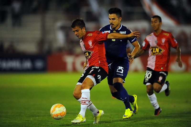 El jugador de Huracán de Argentina Luciano Balbi (i) disputa el balón con jugador Willian (d) de Cruzeiro de Brasil. EFE