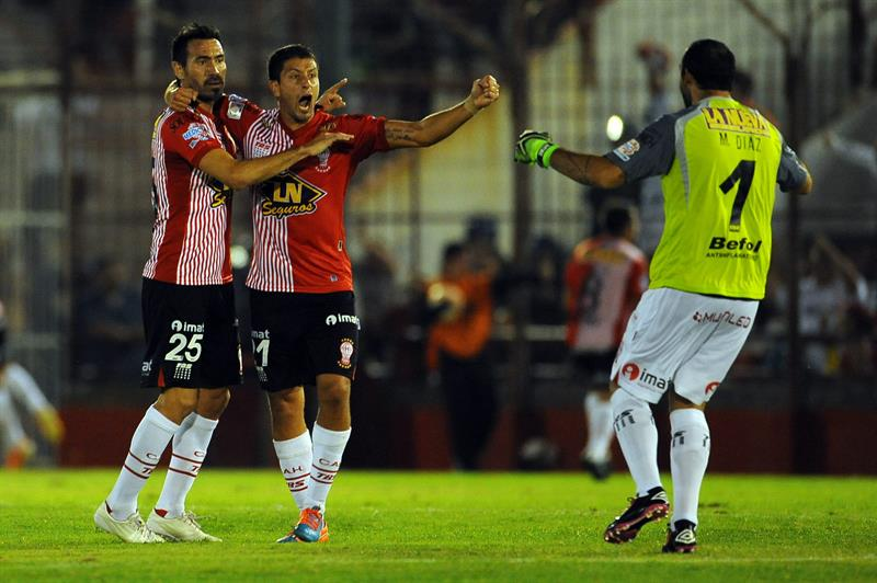 Los jugadores de Huracán de Argentina celebran un gol ante Cruzeiro de Brasil. EFE