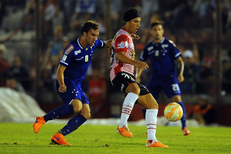 El jugador de Huracán de Argentina Patricio Toranzo (d) disputa el balón con jugador Willians Farias (i) de Cruzeiro. EFE