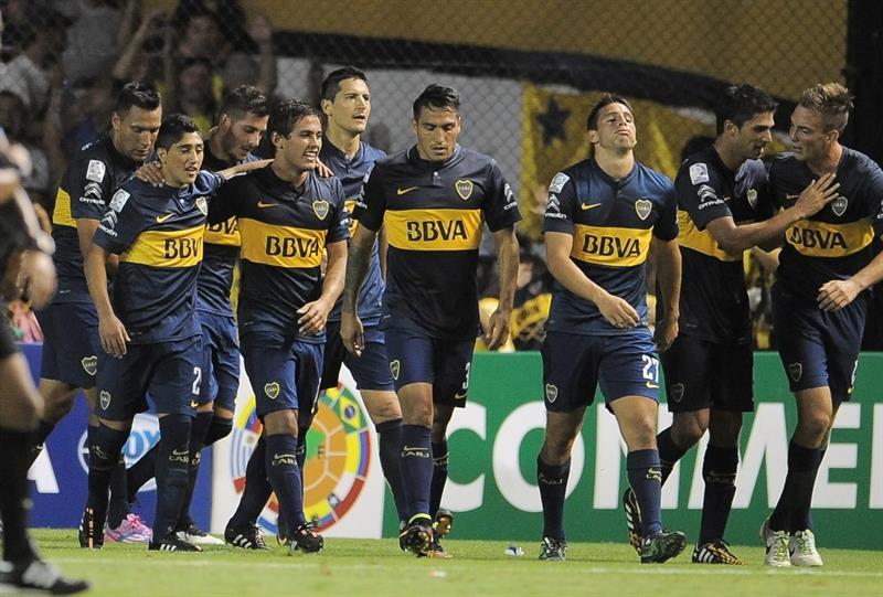 Jugadores de Boca Juniors celebran su anotación ante Palestino de Chile. EFE
