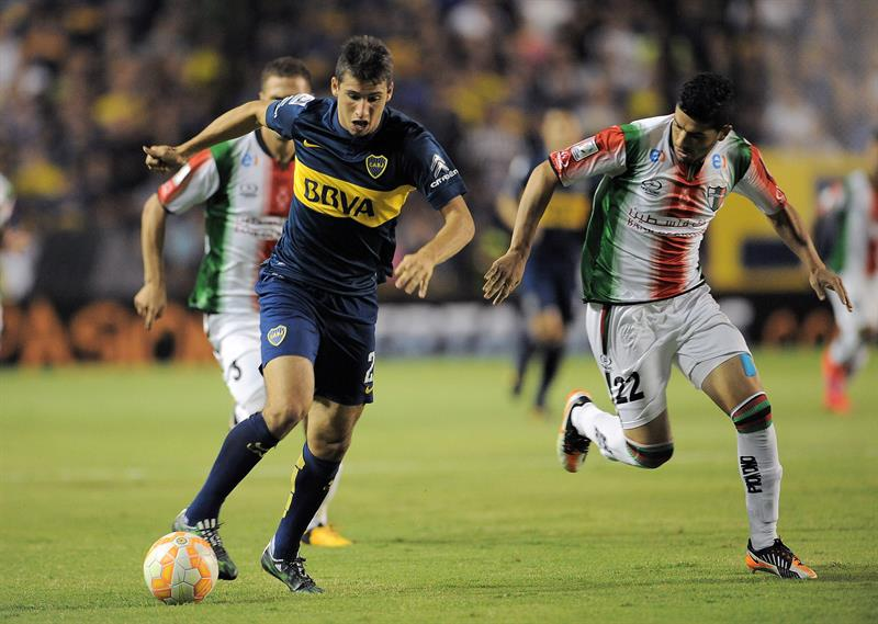 Jonathan Calleri (i) de Boca Juniors disputa la pelota con Matias Escudero(d) de Palestino de Chile. EFE