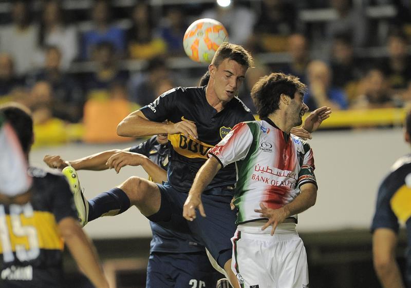 Juan Cruz Komar de Boca Juniors intenta impactar la pelota contra Palestino de Chile. EFE