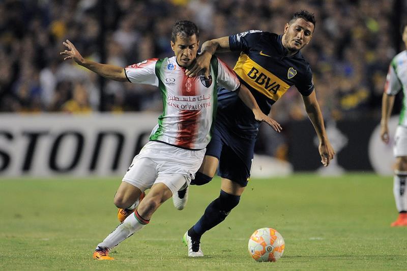 Gonzalo Castellani(d) de Boca Juniors disputa la pelota con Agustin Farias(i) de Palestino de Chile. EFE