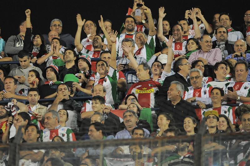 Hinchas de Palestino de Chile alientan a su equipo. EFE