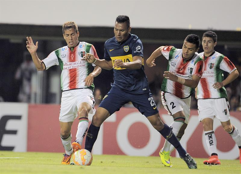 Andrés Chávez (d) de Boca Juniors disputa la pelota con Agustin Farias de Palestino de Chile. EFE