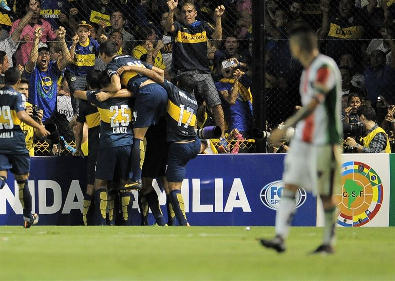 Jugadores de Boca Juniors festejan un gol contra Palestino de Chile. EFE