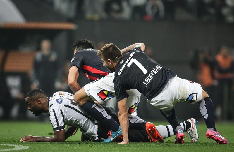 San Lorenzo empató con Corinthians y todo se define en la última fecha. EFE