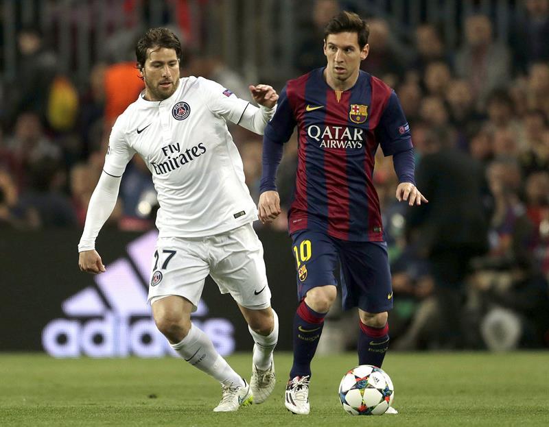 El delantero argentino del FC Barcelona Leo Messi (d) pugna por el balón con el brasileño Scherrer Maxwell, del Paris Saint Germain. EFE