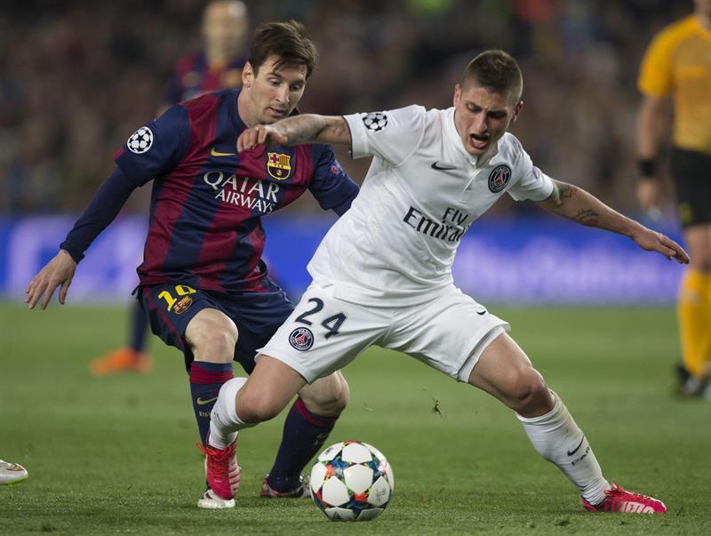 El delantero argentino del FC Barcelona Lionel Messi (i) disputa un balón con el centrocampista italiano del Paris Saint Germain. EFE