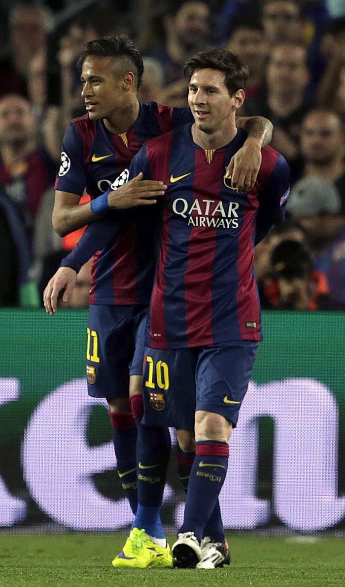 El delantero brasileño del FC Barcelona Neymar Da Silva (i) celebra su segundo gol, y segundo del equipo, con su compañero Leo Messi. EFE