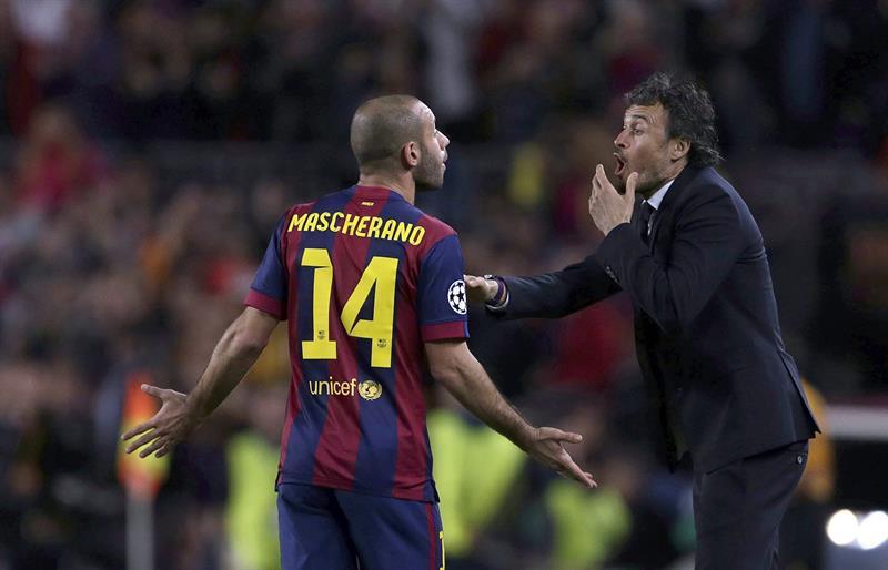 El entrenador del FC Barcelona Neymar Luis Enrique (d) da instrucciones al argentino Javier Mascherano. EFE