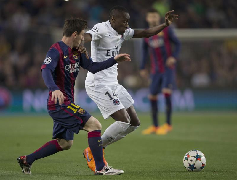 El delantero argentino del FC Barcelona Leo Messi (i) pugna por el balón con el centrocampista Blaise Matuidi, del Paris Saint Germain. EFE