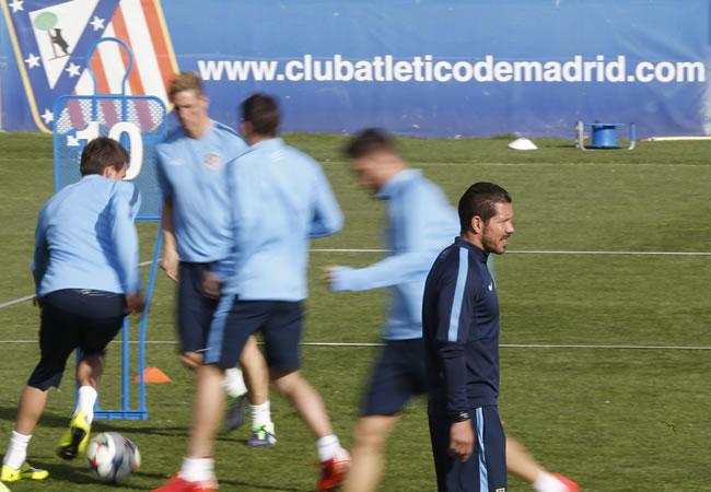 El DT del Atlético de Madrid, el argentino Diego Simeone, durante el entrenamiento en el estadio Vicente Calderón. Foto: EFE