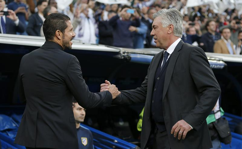 El entrenador italiano del Real Madrid Carlo Ancelotti (d) saluda al argentino Diego Simeone, entrenador del Atlético de Madrid. EFE