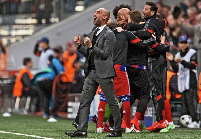 El director técnico del Bayern Munich, Pep Guardiola (c), celebra un gol del equipo ante el Porto. Foto: EFE