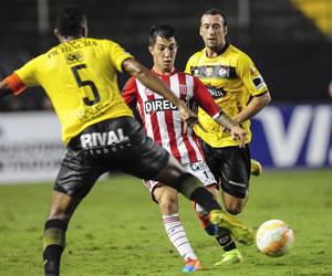 Estudiantes gana y se clasifica en Guayaquil ante Barcelona