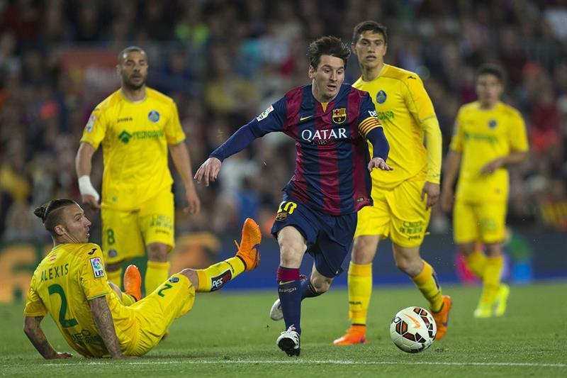 El delantero argentino del FC Barcelona Leo Messi (d) se escapa de Alexis Ruano (i), defensa del Getafe CF. Foto: EFE