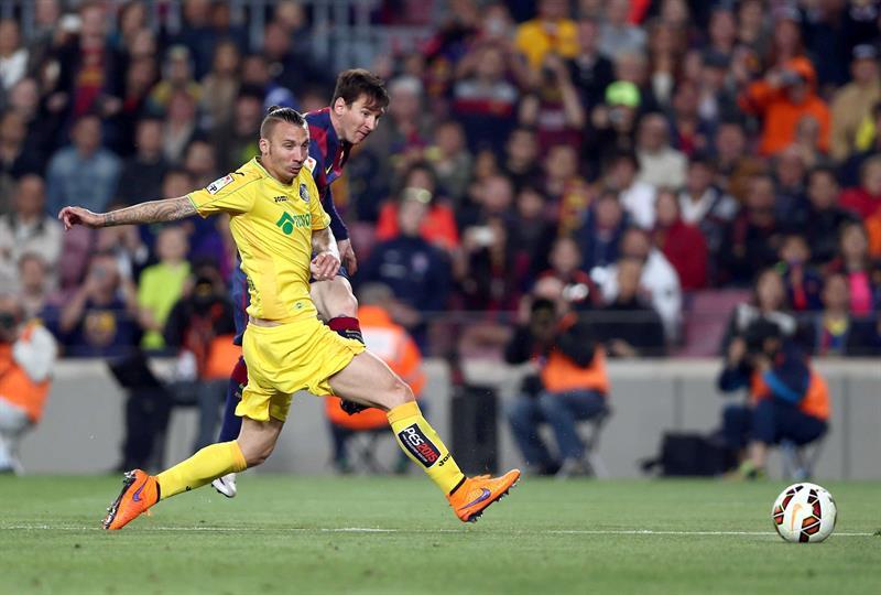 El delantero argentino del FC Barcelona Leo Messi (detrás) chuta a puerta ante Alexis Ruano, defensa del Getafe CF. Foto: EFE