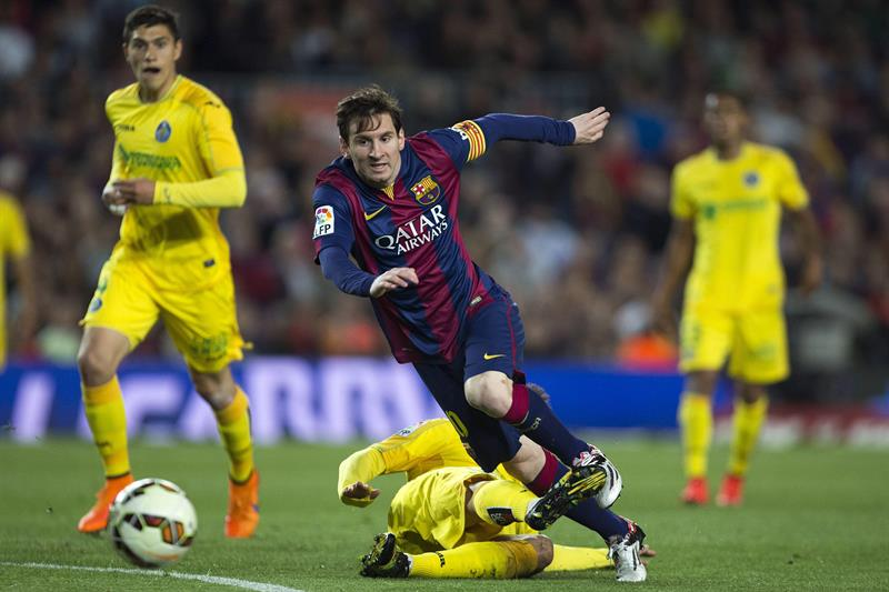 El delantero argentino del FC Barcelona Leo Messi (delante) se escapa de Pedro León, del Getafe CF. Foto: EFE