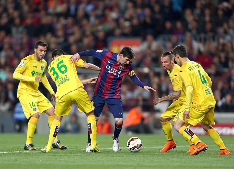 El delantero argentino del FC Barcelona Leo Messi (c) intenta controlar el balón entre los defensas del Getafe CF. Foto: EFE