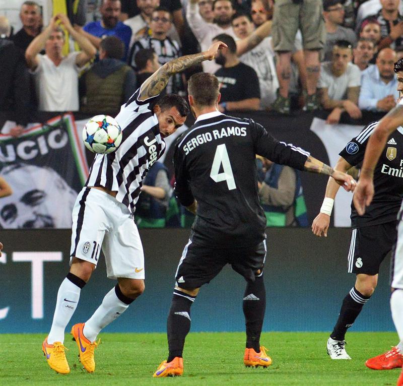 El jugador de Juventus Carlos Tevez (i) disputa el balón con Sergio Ramos (d), del Real Madrid. EFE