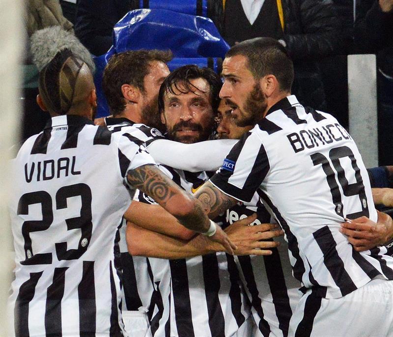El jugador de Juventus Carlos Tevez (2-d) celebra con sus compañeros después de anotar el gol. EFE