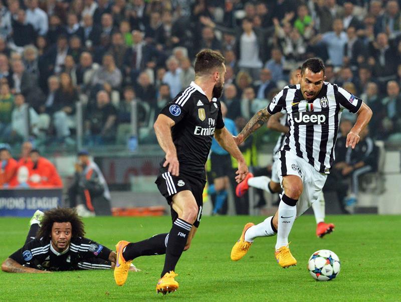 El jugador de Juventus Carlos Tevez (d) se dispone a patear el balón ante la marca de Daniel carvajal (c), de Real Madrid. EFE
