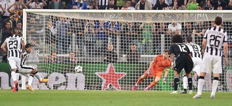 l jugador de Juventus Carlos Tevez (i) anota desde el tiro penalti. EFE