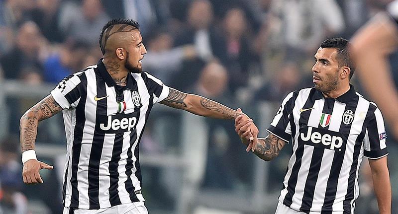 El jugador de Juventus Carlos Tevez (d) celebra con su compañero Arturo Vidal (i). EFE