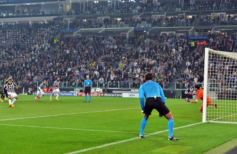 El jugador de Juventus Carlos Tevez (c) celebra después de anotar un gol desde el tiro penalti. EFE
