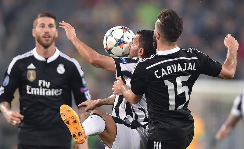 El jugador de Juventus Carlos Tevez (c) recibe el balón ante la marca de Daniel Carvajal (d), de Real Madrid. EFE
