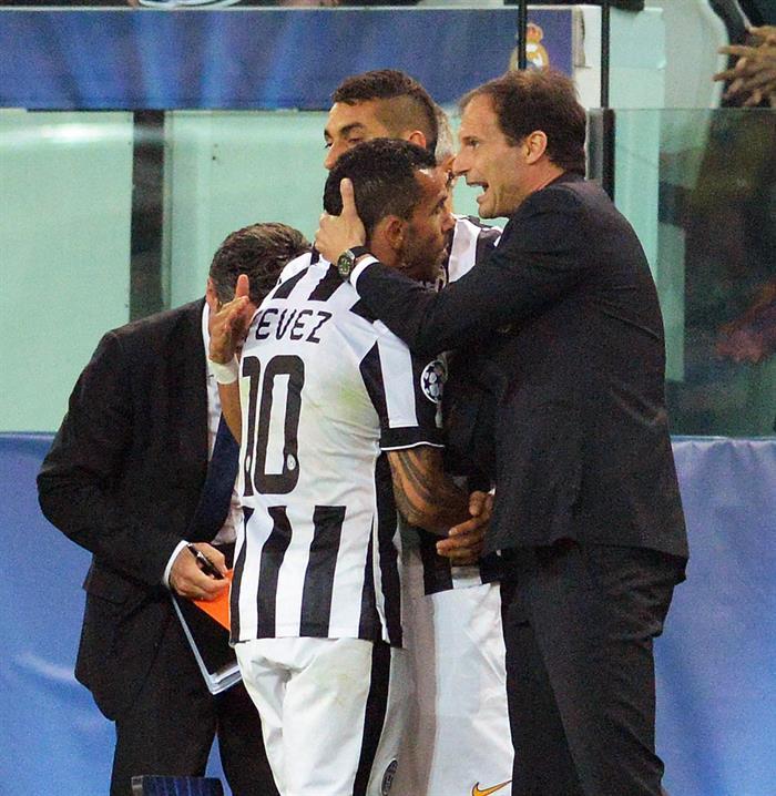 El director técnico del Juventus Massimiliano Allegri (d) felicita al jugador Carlos Tévez. EFE