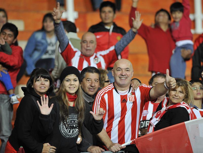 Hinchas de Estudiantes animan a su equipo ante Independiente Santa Fe. EFE